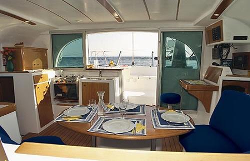 Katamaran innen  https://www.nautilus.hr/Lagoon_380_catamaran_1.jpg