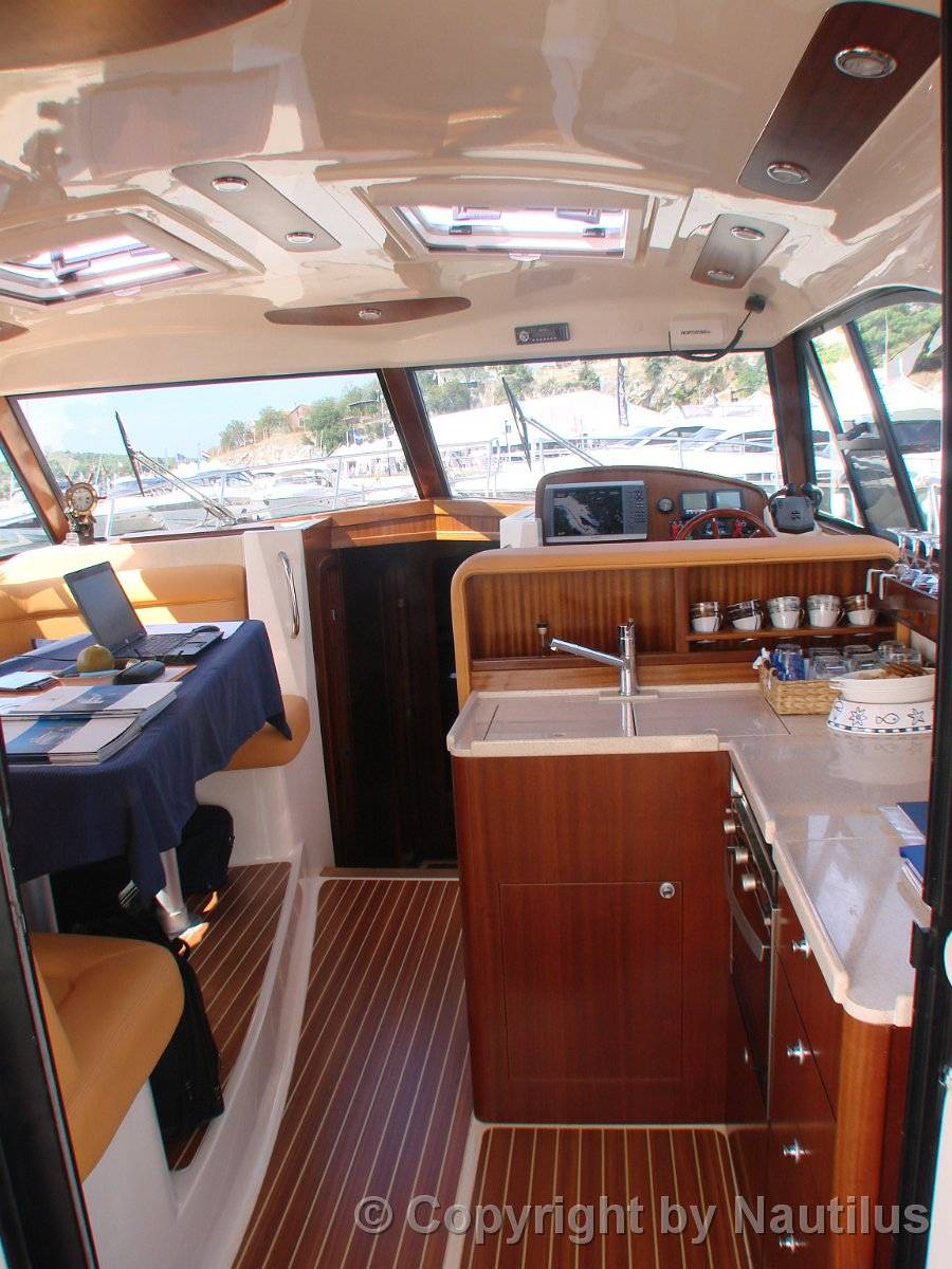Kitchen in salon, motorboat Adriana 44